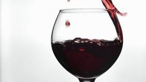 R??any wino Czerwone wino nalewa wewn?trz wina szk?o nad bia?ym t?em swobodny ruch zbiory