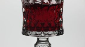 R??any wino Czerwone wino nalewa wewn?trz wina szk?o nad bia?ym t?em swobodny ruch zdjęcie wideo