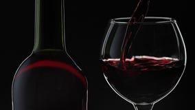 R??any wino Czerwone wino nalewa wewn?trz wina szk?o nad czarnym t?em swobodny ruch zdjęcie wideo