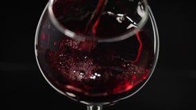 R??any wino Czerwone wino nalewa wewn?trz wina szk?o nad czarnym t?em swobodny ruch zbiory wideo