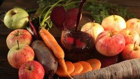 R?be-Karotte-Apple-Saft im Glas auf Tabelle stock video footage