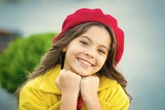 r Beret καπέλων κοριτσιών παιδιών φωτεινή μακριά σγουρή τρίχα Εξάρτημα μόδας καπέλων πτώσης Γαλλική τάση στοκ εικόνες