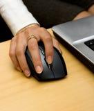 ręce gospodarstwa myszy jest kobieta Zdjęcie Royalty Free