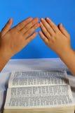 ręce nad modleniem biblii Zdjęcia Stock