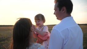 r concept gelukkige familie en kinderjaren De familiespelen met de baby bij stock videobeelden