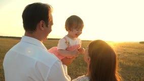 r concetto della famiglia felice e dell'infanzia La famiglia gioca con il bambino a video d archivio