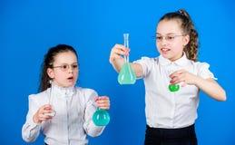 r Conoscenza di base Giorno di conoscenza Scolara con i liquidi chimici Concetto di formazione Misure di sicurezza fotografia stock