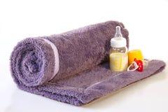 Ręcznik, butelka mleko i pacyfikatorów dzieci, Obrazy Royalty Free