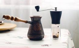 Ręczny kawowy ostrzarz i kawowy producent Zdjęcie Royalty Free
