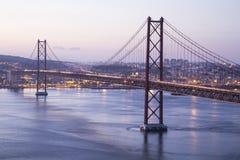 R?d bro i Lissabon arkivfoton