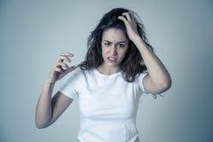 R?d haired h?rlig ung kvinna med den ilskna framsidan som ser rasande M?nskliga uttryck och sinnesr?relser royaltyfria foton