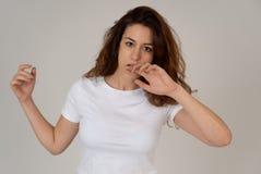R?d haired h?rlig ung kvinna med den ilskna framsidan som ser rasande M?nskliga uttryck och sinnesr?relser arkivfoto