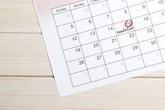 R?d highlighter med ?gglossningdagfl?cken p? kalender arkivbilder