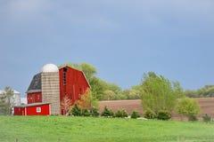 R?d ladug?rd med silon i Wisconsin bygd arkivfoto