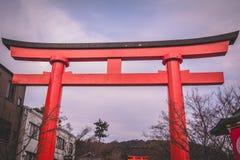 R?d torusport p? den Fushimi Inari Taisha relikskrin i Kyoto, Japan royaltyfria foton