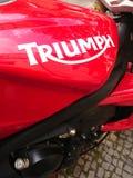 R?d Triumph motorcykel royaltyfri bild