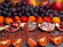 r?da frukter och berrys rikt vitamin, resveratrol, astaxanthinantioxidants mat, slut upp royaltyfria foton