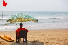 R?ddare av den Goa stranden som h?ller ?gonen p? simningen och badar i Arambol Goa, Indien arkivfoton