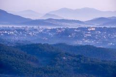 1r, diciembre de 2016 - parte de la opinión de la ciudad de Dalat de la montaña de Pinhat en el lago TuyenLam en la fuga Dong Vie Fotos de archivo libres de regalías