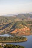 1r, diciembre de 2016 - parte de la opinión de la ciudad de Dalat de la montaña de Pinhat en el lago TuyenLam en la fuga Dong Vie Imagen de archivo libre de regalías