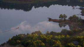 1r, diciembre de 2016 - una opinión del barco del litte de la montaña de Pinhat en el lago TuyenLam en la fuga Dong Vietnam de Da Imagenes de archivo
