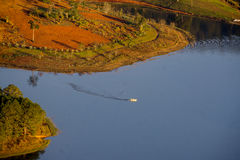 1r, diciembre de 2016 - una opinión del barco del litte de la montaña de Pinhat en el lago TuyenLam en la fuga Dong Vietnam de Da Imagen de archivo