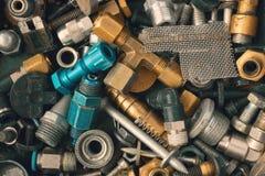 r Die alte rostige Weinlese und die Metallbeschläge, das Eisen und der Stahl schrauben Bolzen, Hardware-Sammlungshintergrund Sort Lizenzfreie Stockbilder