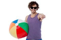 Är du klar för ett strandbollspel? Arkivbild