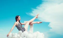 r E 妇女方式纵向 启发和想象力 妇女在夏天 库存照片