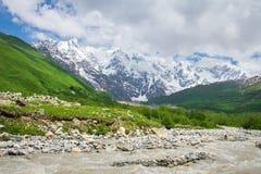 r E Природа Svaneti в Грузии Река горы Кавказ дикое Красивый вид на снежных утесах на солнечный день стоковые изображения
