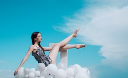 r E 妇女方式纵向 启发和想象力 妇女在夏天 库存图片