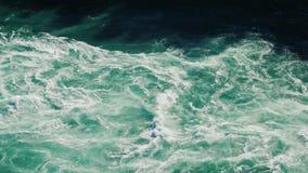 r E Il fiume Niagara fra le rive di stock footage