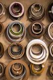 r El objeto está colgando en una pared en un taller fotos de archivo libres de regalías