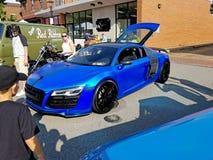 R8 envolvido Chrome azul fotos de stock