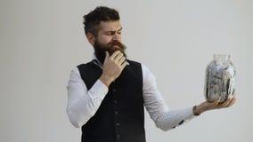 r Erhalten reich Reicher Geschäftsmann seinen Bart mit bügeln stock video