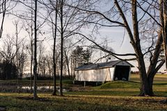 r F Baker Covered Bridge door bomen in de winter wordt ontworpen die stock foto's