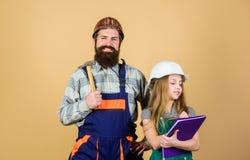 r fatherhood Gebaarde mens met meisje Techniekonderwijs stock afbeelding