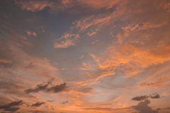 R?flexion color?e de coucher du soleil sur un ciel nuageux photos libres de droits