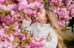 r Flicka som tycker om blom- arom r Botanikbegrepp unge royaltyfri fotografi