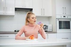 R?gime Le concept de la nutrition saine et malsaine Le mod?le plus la taille fait un choix en faveur de la nourriture saine et images libres de droits