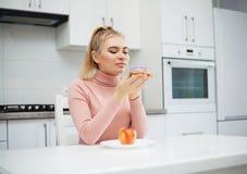 R?gime Le concept de la nutrition saine et malsaine Le mod?le plus la taille fait un choix en faveur de la nourriture saine et image stock