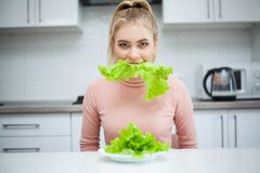 R?gime Le concept de la nutrition saine et malsaine Le mod?le plus la taille fait un choix en faveur de la nourriture saine et photos stock