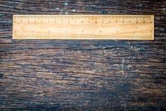 R?guas de madeira no cent?metro e na polegada na ideia r?stica de madeira velha do conceito do ambiente do eco da natureza do fun imagens de stock royalty free