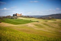 r H?rligt landskap av kullar och f?lt n?ra Asciano i Tuscany, Siena, Italien royaltyfria bilder