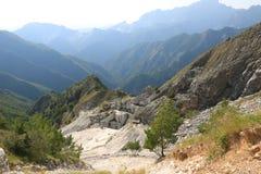 r Het kostbare witte marmer is gehaald uit de steengroeven van Alpi Apuane sinds Roman tijden stock foto's
