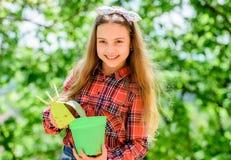 r Het tuinieren klassen Ecologieonderwijs Meisje die installaties planten planting royalty-vrije stock foto