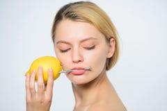 r Hobnail γυναικών στόμα energy natural Δαπάνη βιταμινών Ενεργειακή επαναφόρτιση Φρέσκο λεμόνι χυμού ποτών κοριτσιών στοκ εικόνες