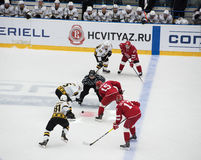 r Horak ( 15) und Y Trubachyov ( 15) auf Face-Off stockbild