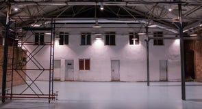 r Industriële ruimte met rekken stock afbeelding