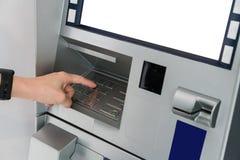 Ręka Azjatyckiej kobiety naciskowa cyfra zapina na ATM maszynie Zdjęcia Royalty Free